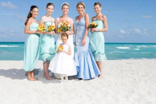Damigelle e sposa sulla spiaggia