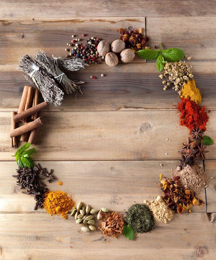 Cukroví na vánoční stůl prostě patří, ale nebojte se, nenabídnu vám zde recepty na tradiční tučné kousky plné bílého cukru a mouky bez mikroživin a čisté energie, které známe z dětství a kterých je všude spousta, ale luxusní pochoutky z kategorie živé stravy, které jsou rychlé na přípravu, zdravé pro tělo, delikátní pro mlsný jazyk…