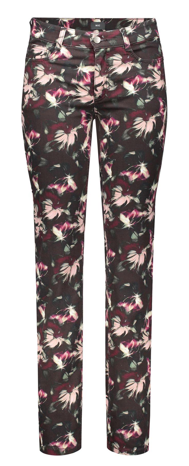 Angela gehört zu den beliebtesten MAC Jeans Modellen. Die Hose ist Slim Fit und hat eine bequeme Taille. Der schlanke Beinverlauf und das ziervolle Blumenmuster garantieren einen tollen Auftritt!