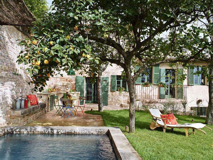 Уютный дворик с бассейном из старой емкости для воды.  (средиземноморский,средиземноморский интерьер,средиземноморский дом,средиземноморский стиль,деревенский,сельский,кантри,архитектура,дизайн,экстерьер,интерьер,дизайн интерьера,мебель,на открытом воздухе,патио,балкон,терраса) .