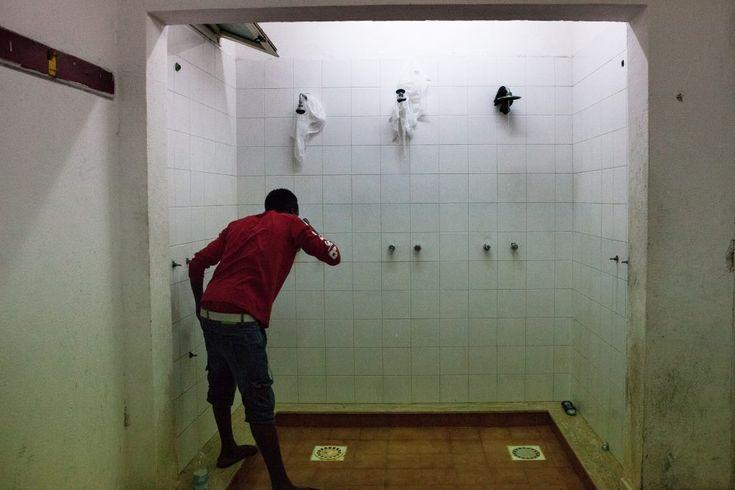 Lo scatolone, Reggio Calabria, Italia. All'interno della palestra i servizi igienici non sono abbastanza per il numero di persone che ci vivono, 2 bagni e e 3 docce. FOTO: Arianna Pagani.