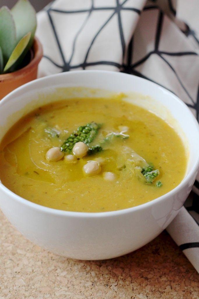 Portugese soep  kokosolie en olijfolie 1 grote ui, gesnipperd 1 tenen knoflook, fijngesneden gedroogde salie (of verse, als je daar aan kunt komen) naar smaak 1 prei, of een paar bosuitjes, in ringetjes 3 aardappels, geschild en in stukken 1 zoete aardappel, geschild en in stukken 3 wortels, gesneden zout en peper 2 eetlepels citroensap, of meer naar smaak tuinbonen of kikkerwten – zoveel als je wilt 1/4 van een kleine kool, bladen los getrokken en in reepjes gesneden
