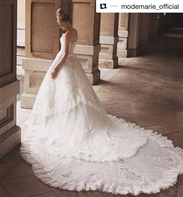 最近ロングトレーンのウェディングドレスをお探しの花嫁さまが多いように思います 今日は  @modemarie_official からレースラインが素敵なロングトレーンのドレスをご紹介. 教会のバージンロードや階段でのショットを記念におさめたいですね. .  ご試着予約ご相談は.  @beautybride_weddingdress 0120-511-530   BeautyBrideを通じて #モードマリエ のドレスを予約するととってもとってもお得にレンタルできる特典ございます   #プレ花嫁 #ドレス迷子  #花嫁会 #日本中のプレ花嫁さんと繋がりたい #カラードレス #お色直し #ドレス試着 #ドレスレポ #カラードレス迷子  #ちーむ0114 #ちーむ0115 #ちーむ0122 #ちーむ0128 #ちーむ0129 #ちーむ0204 #ちーむ0205 #ちーむ0211 #ちーむ0212 #ちーむ0218 #ちーむ0219 #ちーむ0319 #ちーむ0408  #ちーむ0521  #ちーむ0429  #ちーむ0319  #ちーむ0415 #Repost…