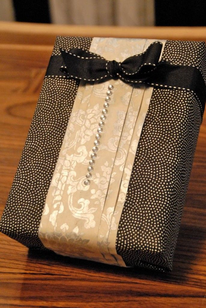 geschenkverpackung basteln als damenbluse mit schwarzer schleife