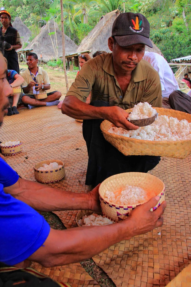 Makan Nasi, a genuine concept of hospitality of people in Flores, especially in Belaraghi. Eating rice is just a part of the openness, as prosperity, health, and friendliness are there to look forward to.