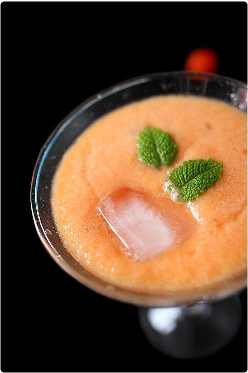Cette soupe permet de déguster le melon d'une nouvelle façon. L'importance dans cette recette, c'est le choix du melon. Il doit être très parfumé. La soupe