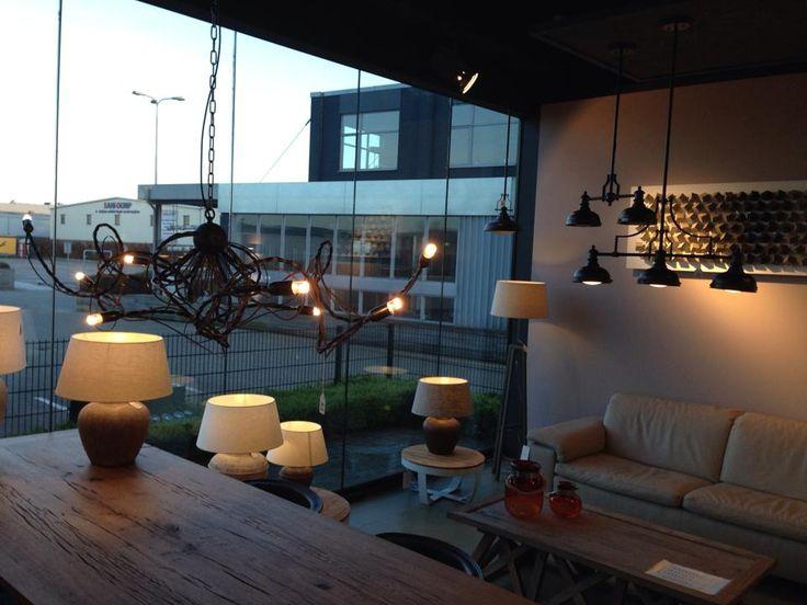 Showroom interieur verlichting . Mooie landelijke grote tafellampen of ...