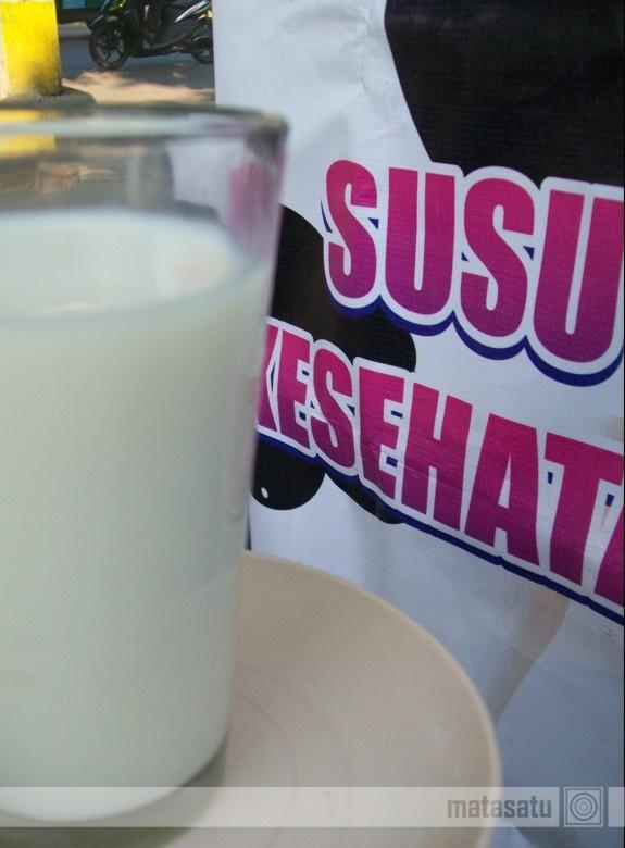 """""""Susu Kesehatan""""  Kata orang, banyak-banyaklah minum susu biar sehat. ^-^)b"""
