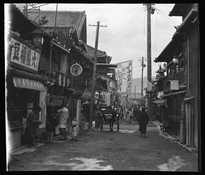 These rare shots of vintage Japan during 1908 are thanks to the acute artistic eye of Arnold Genthe. The German-born American scholar honed his photographi