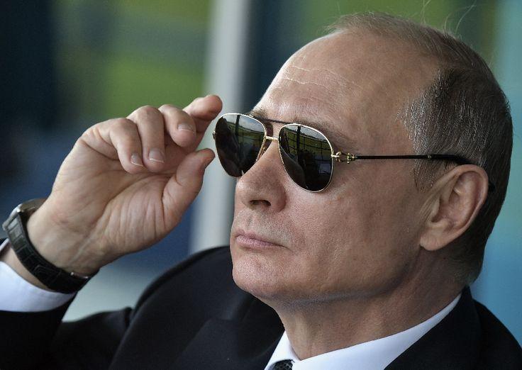"""Le président russe Vladimir Poutine a confié vendredi qu'il se sentait une """"personne ordinaire"""" qui aime lire des romans historiques et écouter du Mozart, mais qui a un travail """"pas comme les autres""""."""