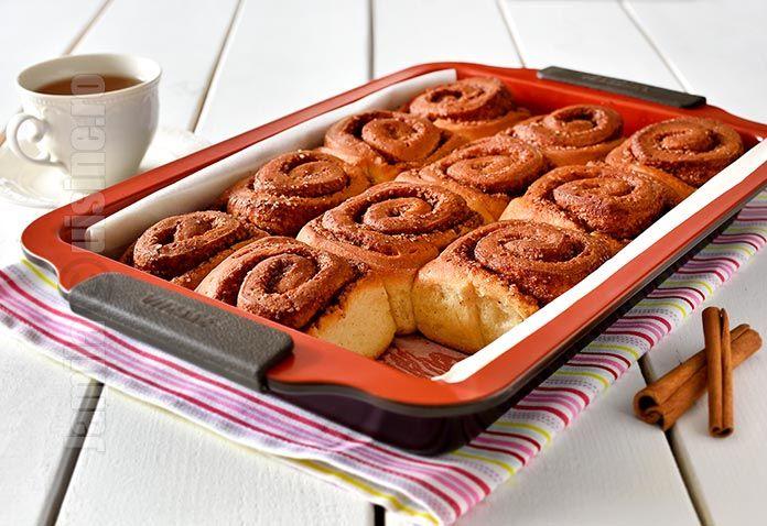 Retata de rulouri cu scortisoara sau cinnamon rolls este una extrem de iubita si de populara in Statele Unite, dar a devenit extrem de apreciata si in Romania.