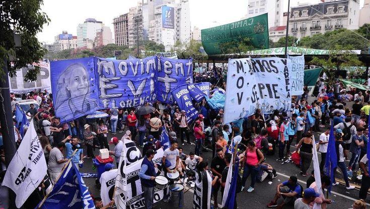Gobierno y movimientos sociales: una relación que se tensa cada vez más-Al inicio de la gestión de Macri, las organizaciones lograron la sanción de una ley que distribuye $ 30.000 millones entre los beneficiarios de planes sociales. LEER MAS