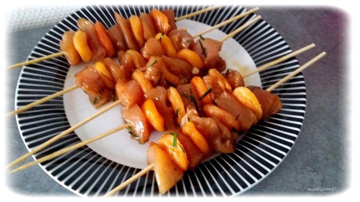 Brochettes de poulet et abricots marinés