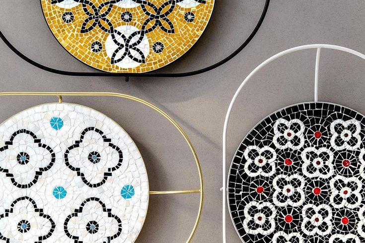 #a_r_t_a_ru #дизайнеры #Акуини #Корси   Дизайнер Давиде Акуини решил по-новому показать красоту традиционных для Италии мозаичных полов и создал подносы-вазы с выложенной вручную мозаикой и минималистскими ручками. Акуини пригласил для сотрудничества мастера художественной мозаики Урсулу Корси, которая выложила в технике римской мозаики цветочные и растительные узоры, вдохновившись мраморными орнаментами из собора Санта-Мария-дель-Фьоре во Флоренции. Источник http://lnk.al/4u3m