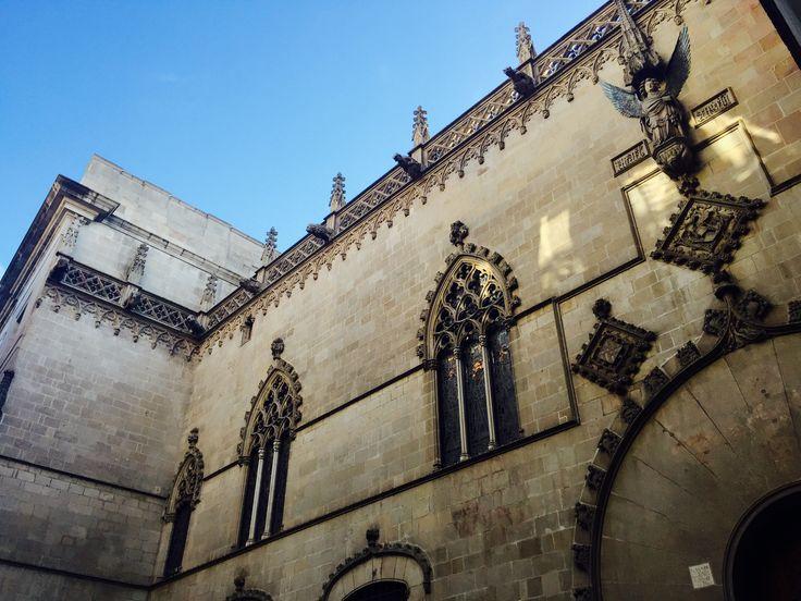 El barrio gótico tienen edificios tan antiguo como el periodo medieval. Las calles son pequeños y curvado. Las fachadas son de una mezcla del estilo gótico y estilo neogótico. En cualquier caso, no puedes ver este tipo de edificios ornamentales en otros lugares.