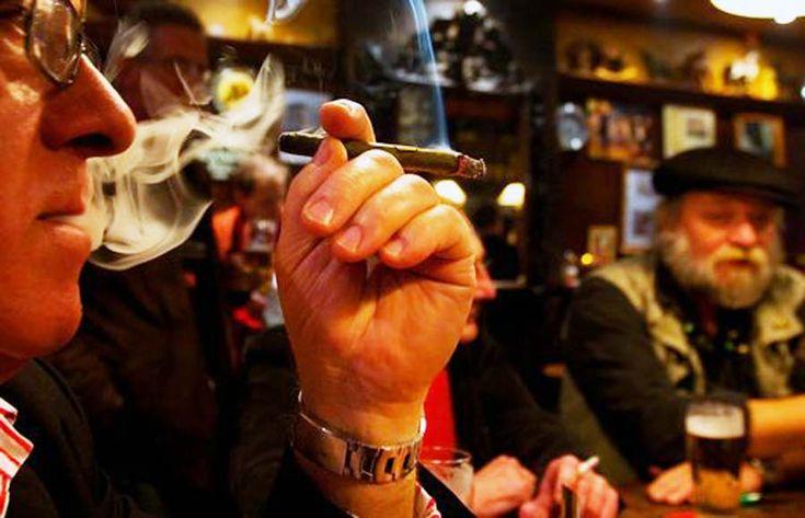 Un fumător își aprinde țigara la cafenea: cât este amenda pentru fumător și cât pentru proprietarul cafenelei | Bucuresteanul.info