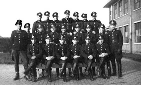 Dit is de politie die alle Joden hebben vervoerd naar de Duitse concentratiekampen. Geen enkele agent heeft medelijden op één iemand na. Dat is dan ook de politieagent die Sarah en Rachel helpt ontsnappen.
