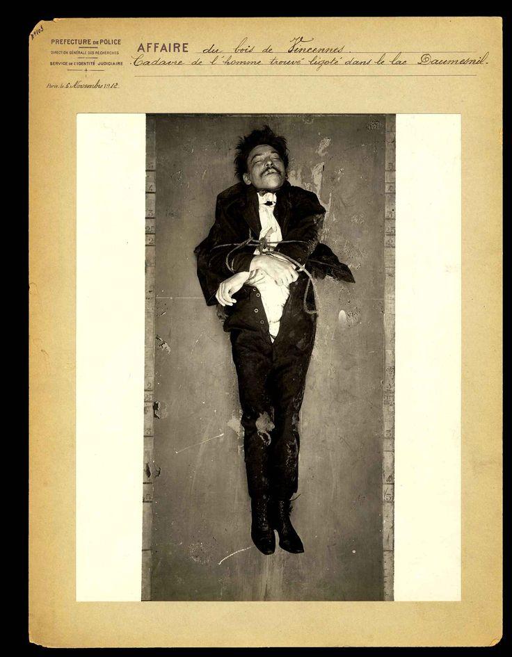 Ce cadavre est inconnu. Il a été découvrent le 6 novembre 1912, ligoté, dans le lac Daumesnil, au cœur du bois de Vincennes. L'autopsie devra déterminer si l'homme est mort par noyade ou s'il l'était déjà au moment où il a été jeté dans l'eau.