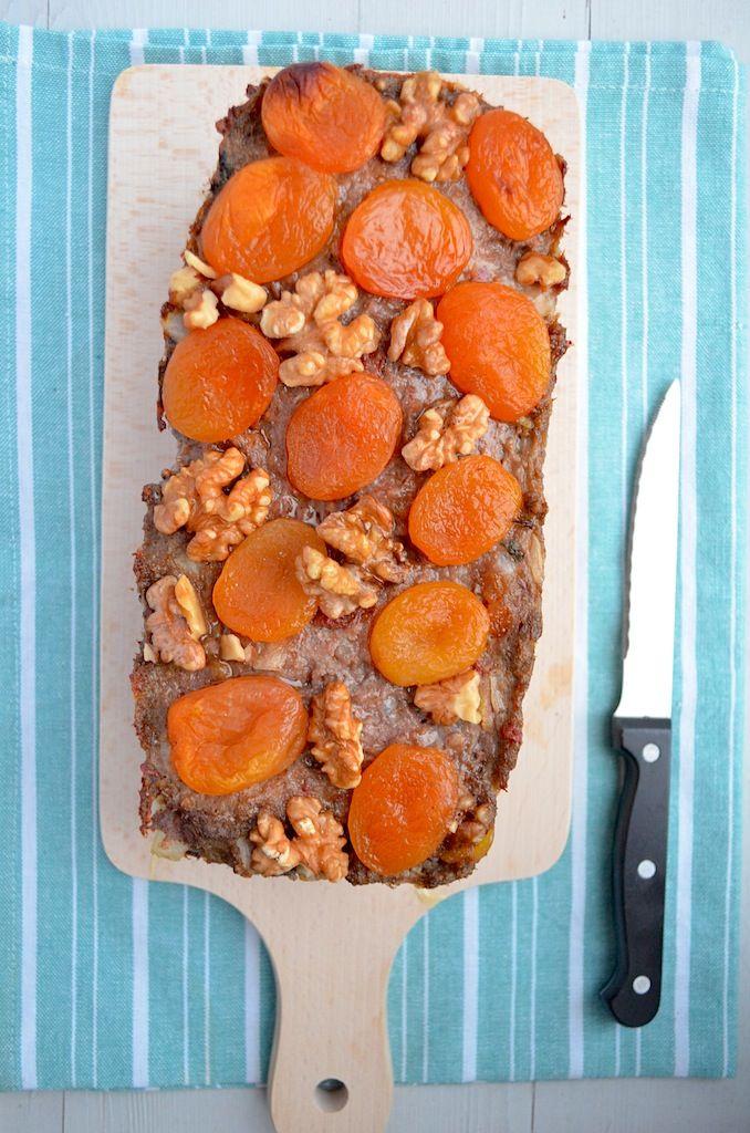 Gehaktbrood uit de oven met zongdroogde tomaatjes, knoflook, abrikozen en walnoten