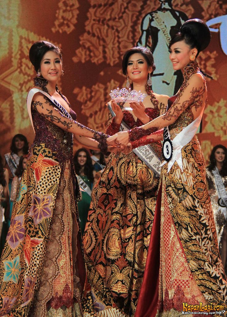 The crowning moment of Miss Indonesia Universe 2013, Whulandary Herman by Miss Indonesia Universe 2012, Maria Selena.