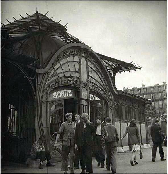 Bouche de Métro, place de la Bastille / Photo par Alexandre Trauner