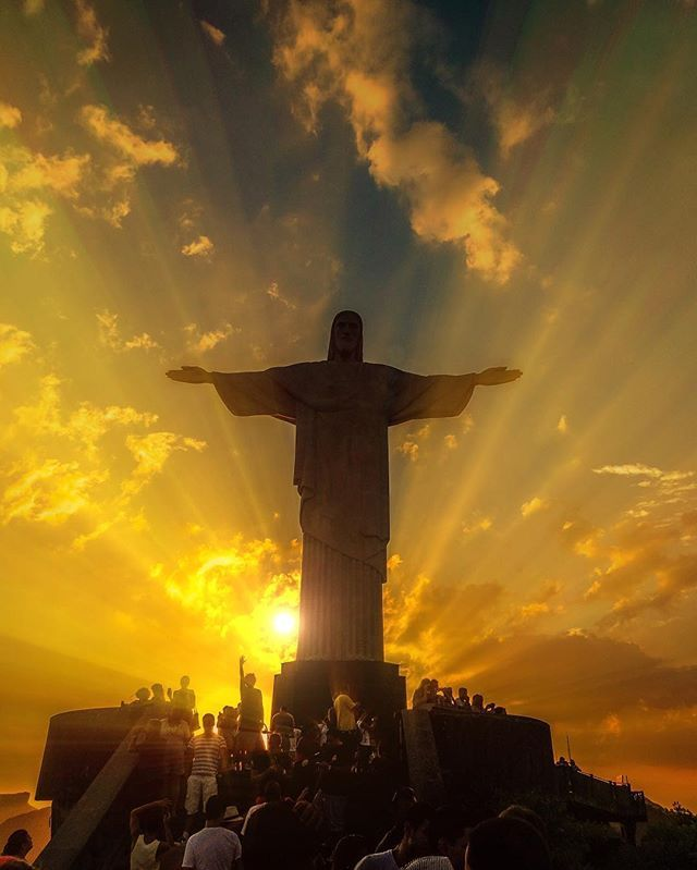 Around the world with me - Rio de Janeiro - Brazil * *********❤️ Breathtaking Sunset Sky & The Iconic Christ The Redeemer blessing us above . Are you watching the Rio2016 Olympic Games? Tag somebody who you would visit Rio with * ********** Essa imagem te
