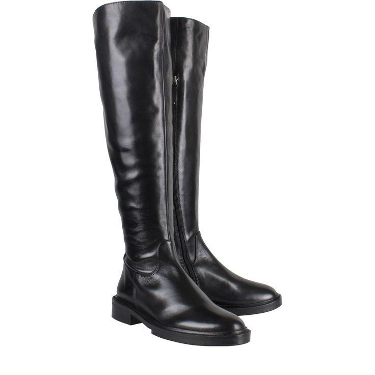 Elvio Zanon EZE1104 zwart leer lange laars  Lange laars van het label Elvio Zanon model Elvio Zanon EZE1104 zwart. Deze lange laarzen zijn vervaardigd van leer met een hoogwaardige kwaliteit. De Elvio Zanon laarzen hebben een rits aan de binnenzijde. Zo kan je de laarzen gemakkelijk aan en uittrekken. De exclusieve laarzen hebben een rubberen zool en een kleine hak. De lange zwarte laarzen zijn ieder seizoen een stijlvol mode item. Deze mogen daarom ook niet in jouw gardarobe ontbreken. De…