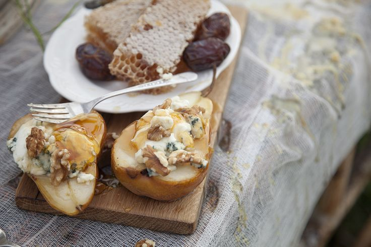 Sauteed pear with mascarpone, blue cheese and honey.Appetizers Snacks, Blue Cheese, Cheese Pears, Honey Cheese, Stuffed Pears, Honey Pears, Cheese Stuffed, Delicious Food, Pears Halves
