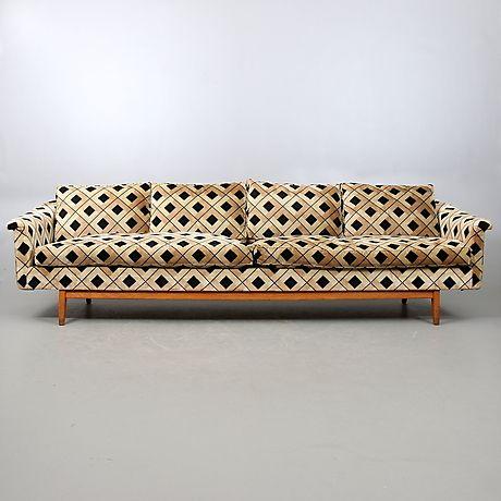Klädd i plysch. Lösa plymåer, 4-sits soffa, längd 265 cm.