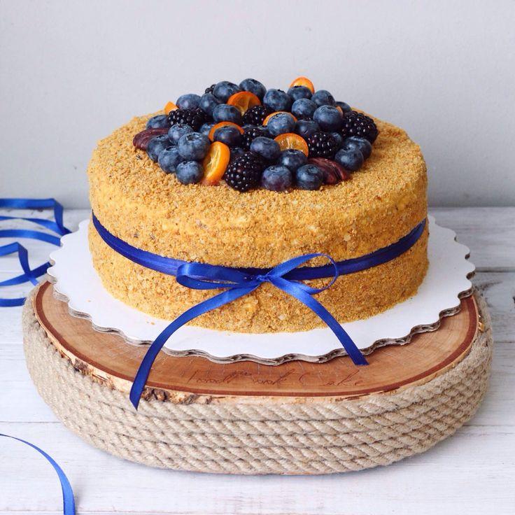 Наш медовик - это много тонких песочных коржей, фирменный сметанный крем и ореховая крошка. Очень нежный и легкий. Автор - instagram.com/foodbook.cake