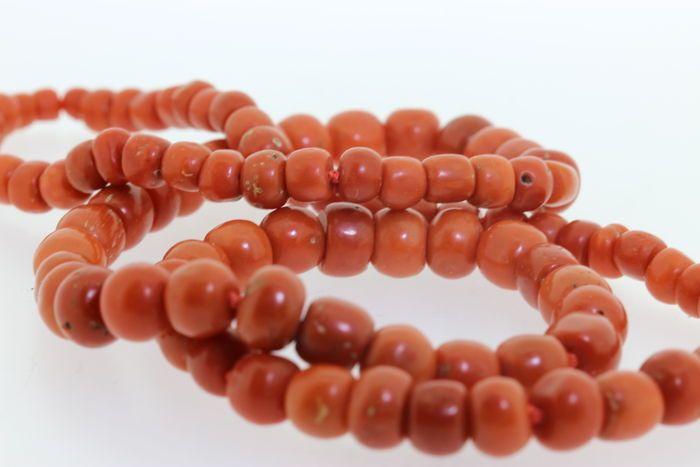 Oud Hollands bloedkoraal snoer.  Mooi oud Hollandsaflopend bloedkoraal snoer dit snoer heeft natuurlijke kleur en geknoopt om de 5 kralen.Leeftijd: 1900Stijl: retro Staat: goede staat Slijpvorm: Natuurlijke vorm van het koraal Gewicht: 73.3 gram Kleur: Warm rood oranje.Afmeting: 4.5-8.8 mm. of 0.45-0.88 cm. en 0.18-0.346 inchWordt aangetekend en verzekerd verzonden door UPS met track and trace inclusief een doos. Bij verkoop buiten EU bent u zelf verantwoordelijk voor de invoerrechten en de…