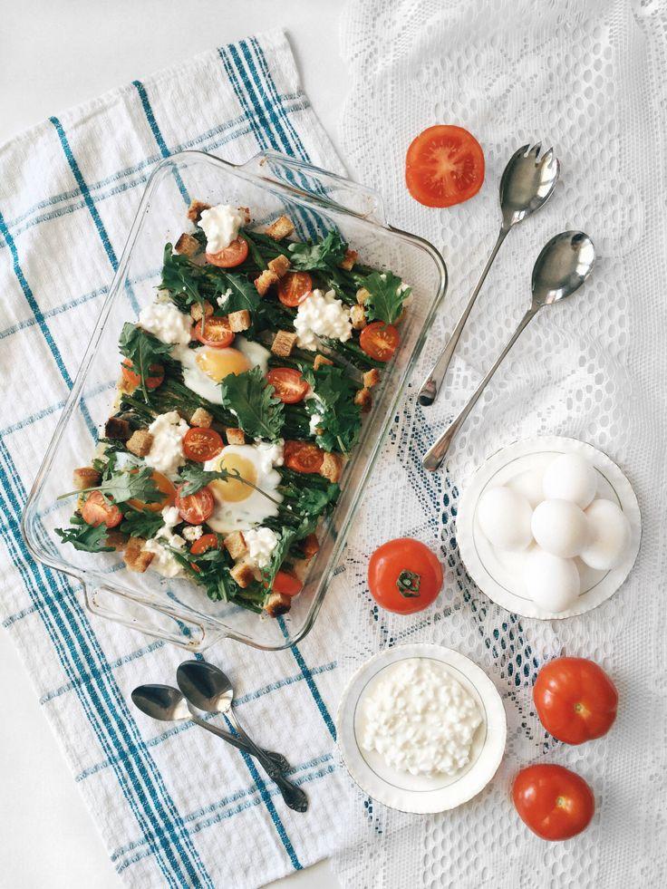 Plat d'asperges rôties au four, oeufs coulants, tomates, cottage & croûtons