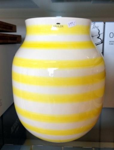 Omaggio vase størrelse medium. Solskinnsgul/hvit. Flott til blomster/lerkekvister mm.  Størrelse: H20xø16,5 cm