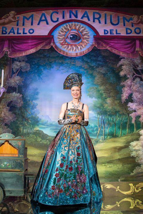 """Il ballo in maschera per antonomasia ha preso vita all'interno di Palazzo Pisani Moretta, maestoso edificio storico sul Canal Grande. Il tema? """"The Secret Gardens of Dreams: Oniricum, Immaginarium, Desiderium"""": una sfilata senza fine, dal tramonto all'alba, di donne bellissime rigorosamente in costume d'epoca, la maggior parte dei quali firmati proprio da Antonia Sautter, la stessa creatrice che nel 1999 fu scelta da Stanley Kubrick per realizzare le maschere utilizzate in Eyes Wide Shut…"""