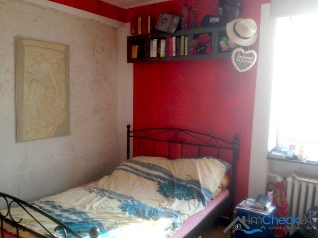 Schlafzimmer mit Fenster an der straßenabgewandten Seite.