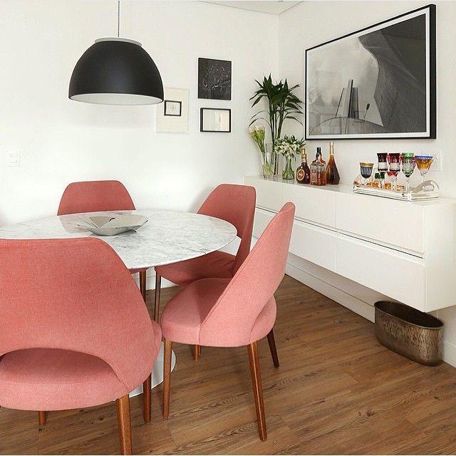 Sala de jantar, destaque para a mesa Saarinen com cadeiras rose e buffet…
