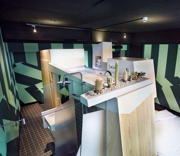 В отеле «Фолькс» в Амстердаме дизайнеры разработали девять неординарных помещений. Одно из них называется «Эдмунд». Все необходимое для комфортного проживания сгруппировали в одном месте: душ, раковина, кровать, шкаф сложились в подобие головоломки. Венчает эту «гору» ванна.