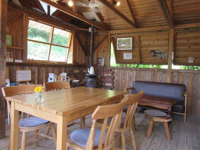 ラッキーガーデンの店内です。温かみのある木の部屋は落ち着いた雰囲気。夏は窓を開けて風を感じ、冬はストーブで暖をとります。生駒山の森のレストラン「ラッキーガーデン~lucky garden~(ラッキーガーデン)」
