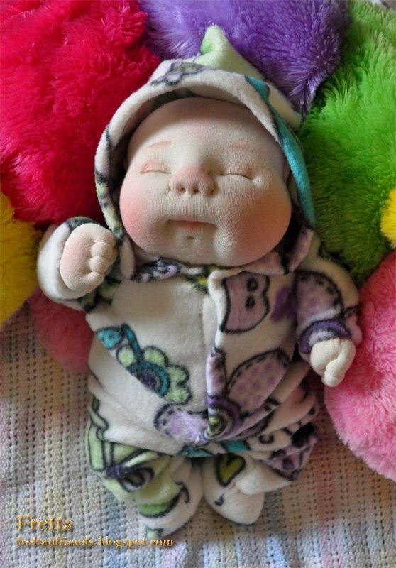 Muñeca de OOAK bebé recién nacido - su cabeza y las manos han creado mano libre (con ningún patrón). El bebé es completamente único!  La muñeca medidas ~40.5 cm / 16 y está modelando un cama de bebé con capucha diseñado y hecho por mi. Pueden caber en la ropa de prematuro.  Cuerpo de la muñeca es hecha de lana color hueso blanco y relleno de fibra de poliéster de alta calidad. Su cabeza y manos son mano teñido algodón tejido de punto. La muñeca está teñida con pintura acrílica no tóxica ...