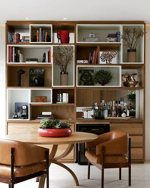 Amo estantes com livros e decoração e este ainda é pano de fundo para uma mesa de refeições Projeto: Deborah Roig.…