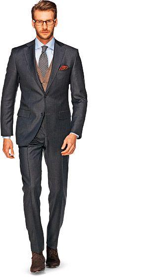 Het pak wordt geassocieerd met zakelijk en professioneel. Een strakke snit en groot kleurcontrast tussen overhemd en jasje straalt macht uit en geeft overwicht. Niet doen als: je werkt in een informele omgeving. Maak dan je look zachter door het jasje te combineren met een casual broek of draag in plaats van het jasje een trui of vest op de broek.   Suit supply Pak_Antraciet_Uni_Sevilla_P3480