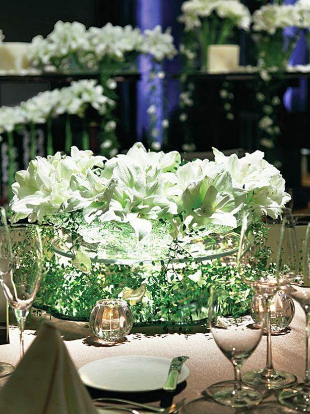 繊細なグリーンがレースのようにまわりを縁取るガラスの器に純白の花をたっぷりと活けて。リュクス&ゴージャス&エレガントなテーブルを演出したラグジュアリー空間 *高級感のある会場装花 一覧*