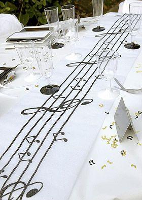 Chemin de table blanc avec une partition de musique, leurs notes et leurs clés de sol imprimées en noir et recouverts de paillettes noires scintillantes. Superbe !