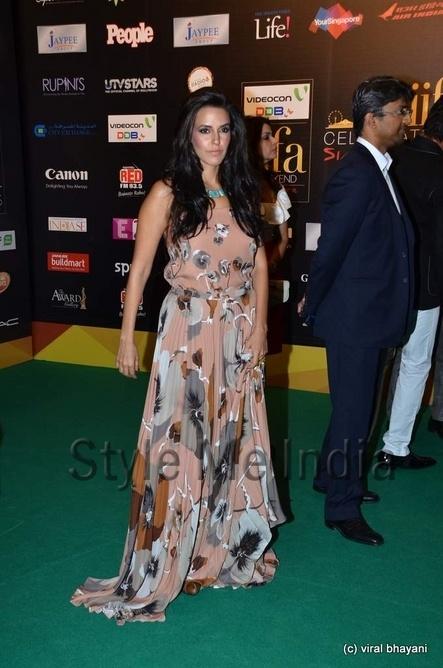 Neha Dhupia in chic print Gucci gown at IIFA Rocks 2012 http://shar.es/qPKE0