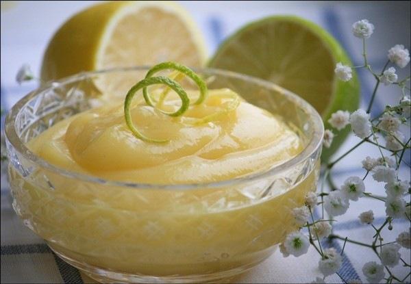 Лимонно-лаймовый курд!  2 лимона  2 лайма  200г сахара  60г сливочного масла  3 яйца С лимонов и лаймов (помытых, естественно) счищаем цедру специальным ножом или на мелкой тёрке. Белую часть стараемся не трогать, она горчит. Смешиваем цедру с сахаром и отставляем, пусть немного пропитается цитрусовым ароматом. Из облысевших фруктов выдавливаем сок. Чтобы сока получилось много, лимоны и лаймы нужно прогреть в микроволновке буквально 30 сек. У меня из этого количества получается чуть больше…