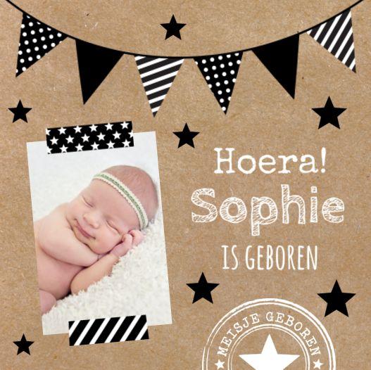 Trendy geboortekaartje voor een meisje. Met hip karton, leuke vlaggetjes, stempel en eigen foto. #geboortekaart #kraft #vlaggetjes #stempel #meisje