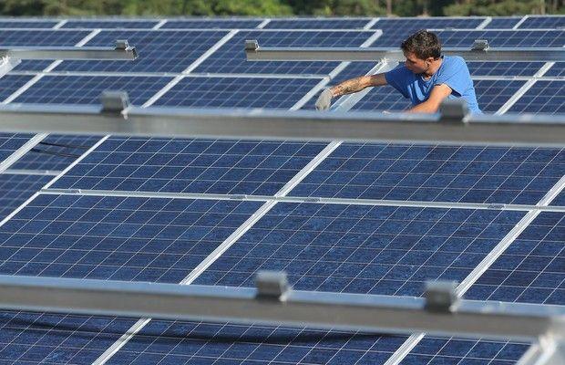 Trabalhador instala painel solar na Alemanha. - Arábia Saudita planeja instalar 6 gigawatts de energia solar fotovoltaica nos próximos cinco anos. E o Brasil? Temos um território maior e muito mais horas de sol o ano inteiro do que a Arábia Saudita. Nosso potencial de radiação solar equivale a 20 vezes toda a atual capacidade instalada de produção de energia elétrica. No entanto, os planos do governo até agora para essa fonte são modestíssimos: 2 gigawatts instalados até 2023, ou um terço…