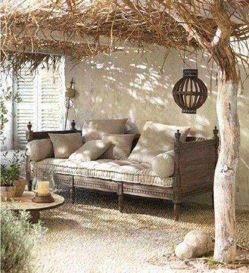Mooi overkapping van natuurlijke materialen en mooie ruime bank Door relax2reload