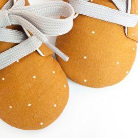 Sprinkel mosterd babyschoentjes met kleine witte stipjes - Studio LL - babyshoes