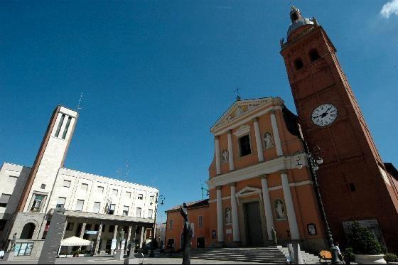 """Un classico della """"bassa"""": sacro e profano gomito a gomito (la Chiesa e il Palazzo di epoca fascista di San Giovanni in Persiceto)"""
